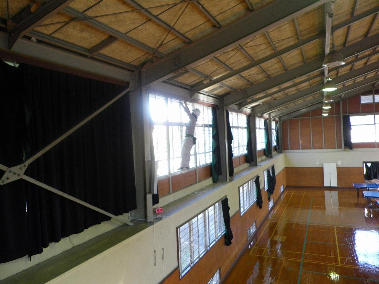 体育館暗幕のレール補修工事